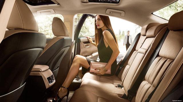 Lexus-ES-embossed-stitch-flaxen-gallery-overlay-1204x677-LEX-ESH-MY16-0016.jpg
