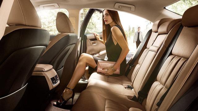 Lexus-ES-hybrid-rear-seating-legroom-comfort-and-design-1204x677-LEX-ESH-MY16-0016.jpg