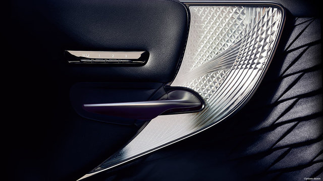 Lexus-LS-kiriko-glass-overlay-1204x677-LEX-LSH-MY18-0077-d.jpg